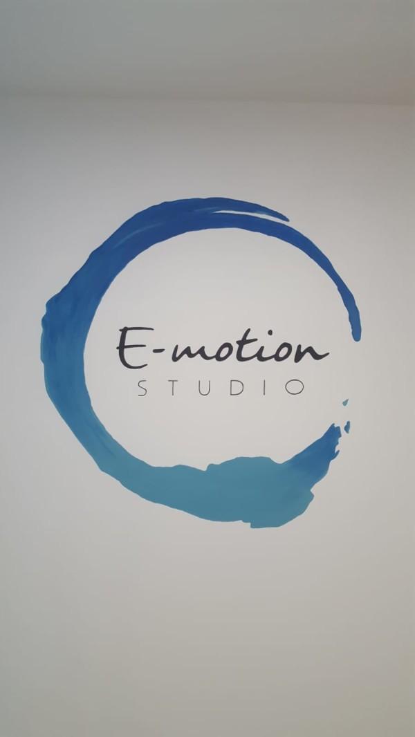 decorazione pareti con logo aziendale
